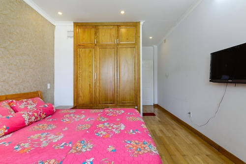 3 quiet rooms for rent very near the Airport, fully furnished.