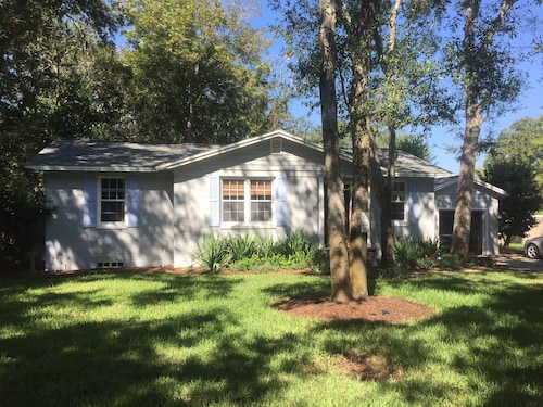 Charming Beach Bungalow-minutes to the Beach OR Intracoastal