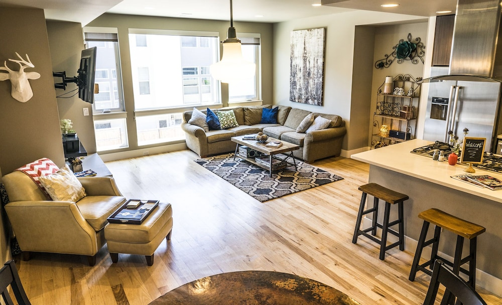 Living Room, Luxe - Private Rooftop/hot Tub/fire Pit, Walk Downtown