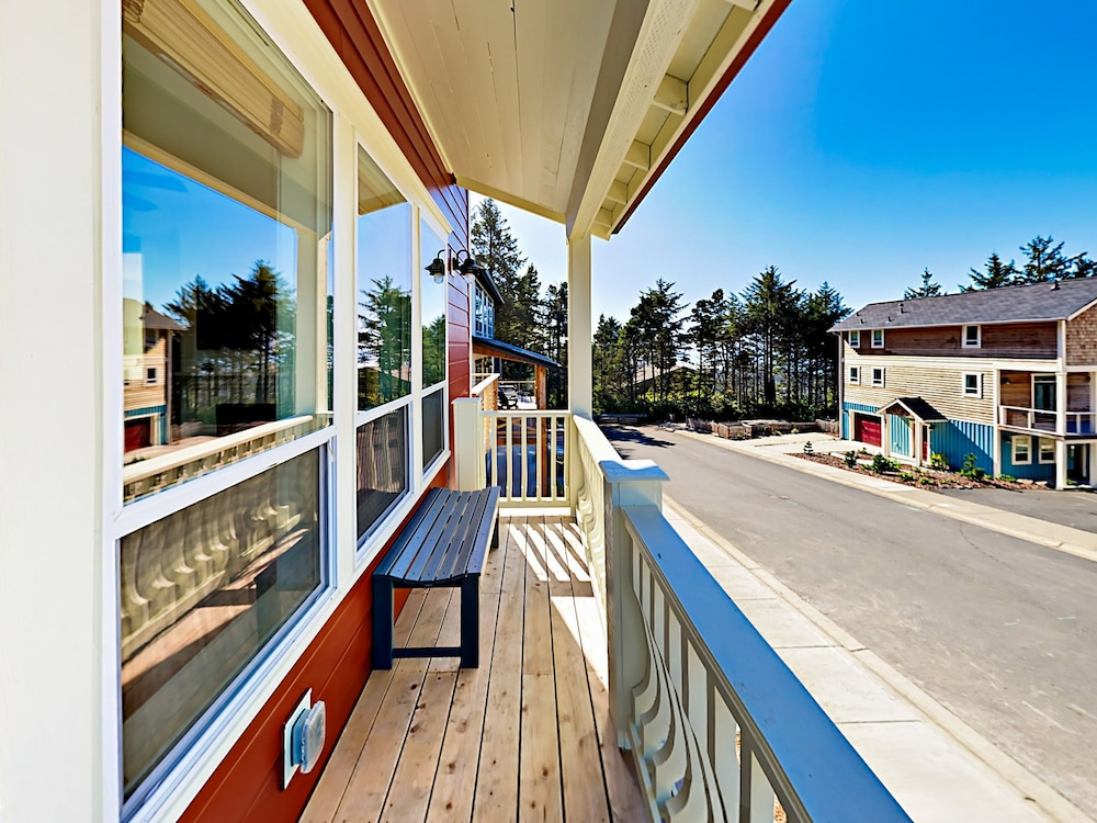 Balcony, Woods & Waves: Custom 4br W/ Private Hot Tub 4 Bedroom Home