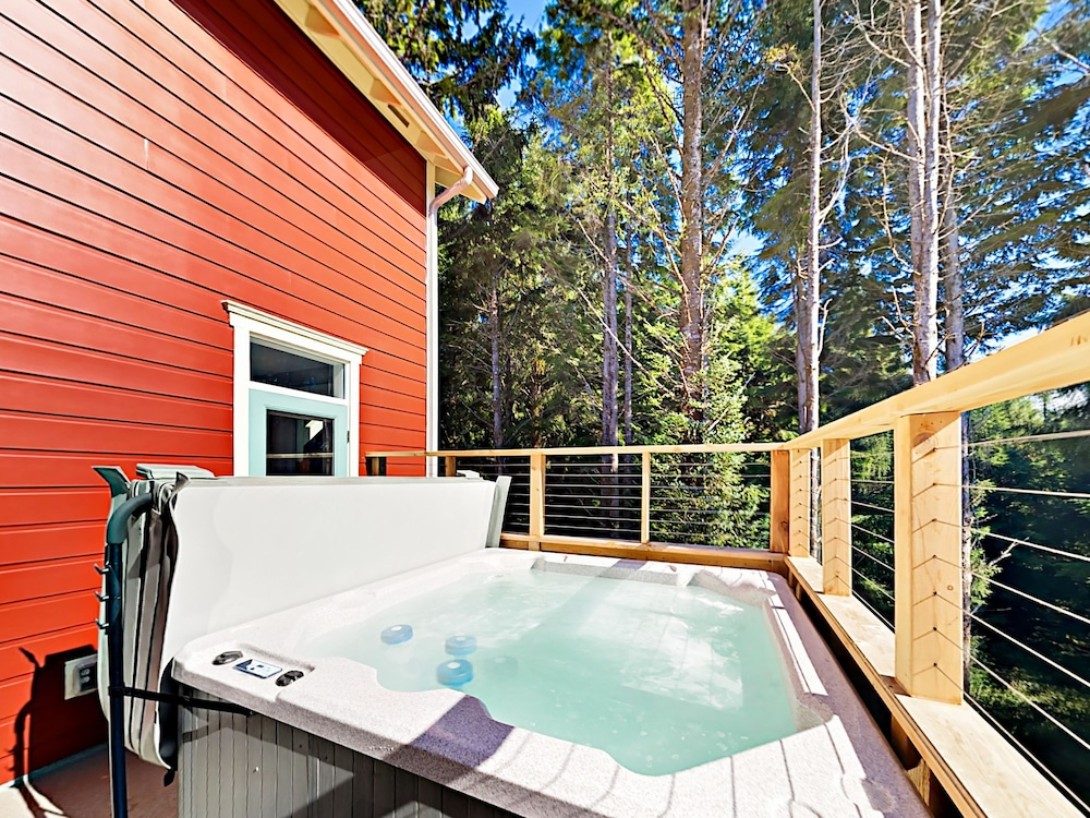 Indoor Spa Tub, Woods & Waves: Custom 4br W/ Private Hot Tub 4 Bedroom Home