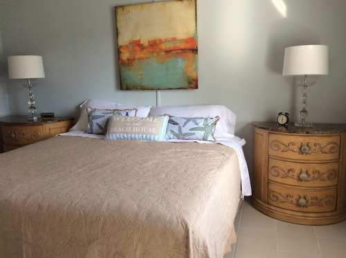 Great Place to stay 2 Bedrooms, 2 Baths First Floor end Unit Condo- 3 Months min Stay near Largo