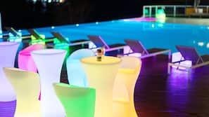 室外泳池;10:00 至 21:00 開放;小屋 (收費)、躺椅