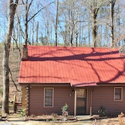 Cozy Cabin Located on Turkey Creek. Perfect for Relaxing. Fire pit