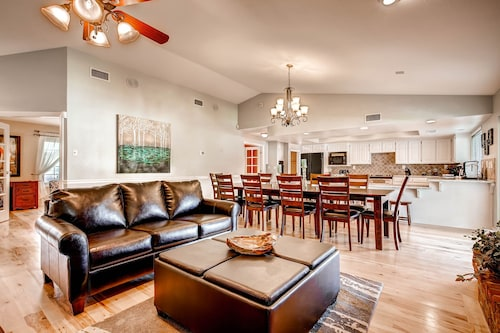 City Licensed Short Term Rental! 8 Bed, Mins to Strip, Sleep 16+, Park 8+cars&rv