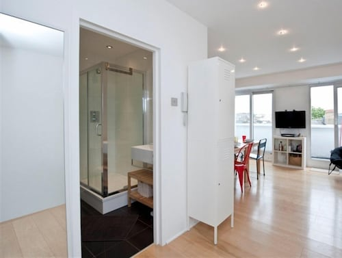 Sparkling 2 Bedroom House in London