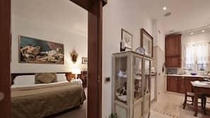 1 개의 침실, 각각 다르게 가구가 비치된, 책상