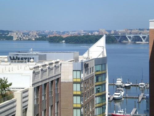 New Luxury 1 BR Waterview Condo Minutes From Washington DC