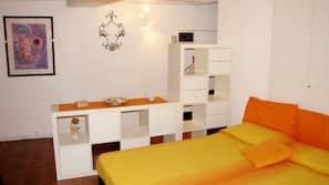 1 sovrum, strykjärn/strykbräda och sängkläder