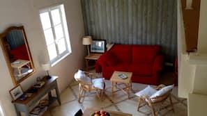Una televisión, una chimenea, un reproductor de DVD, juguetes