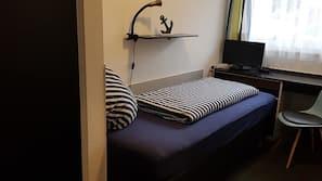 Escritorio, sistema de insonorización, wifi gratis y ropa de cama