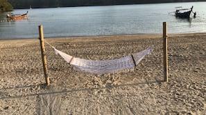 In Strandnähe, weißer Sandstrand, Liegestühle, Strandtücher