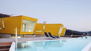 시즌별로 운영되는 야외 수영장, 07:00 ~ 22:30 오픈, 수영장 파라솔, 일광욕 의자