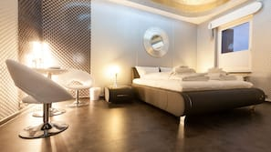 Zimmersafe, Schreibtisch, Verdunkelungsvorhänge, schallisolierte Zimmer
