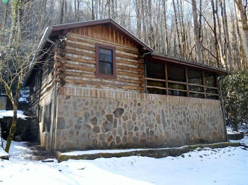 Great Place to stay Adanayla 3 Bedrooms 2 Bathrooms Cabin near Hiawassee
