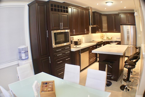 Fantastic 6 Br,6 Ba,huge Deck Home in Vaughan!!