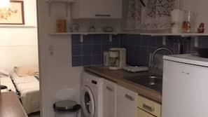 Grand réfrigérateur, micro-ondes, fourneau de cuisine