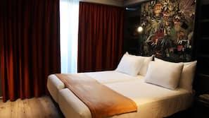 1 slaapkamer, een bureau, verduisterende gordijnen