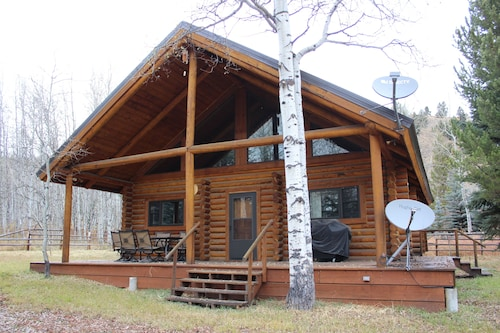 2/2 Cabin With Loft Nestled Next to National Forest