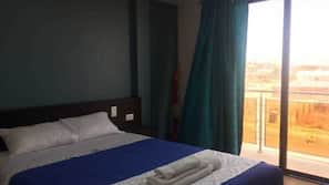 Cortinas opacas, wifi gratis, ropa de cama y acceso en silla de ruedas
