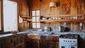 Frigorífico, horno, placa de cocina y utensilios de cocina