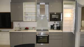 Oven, hob, cookware/dishes/utensils