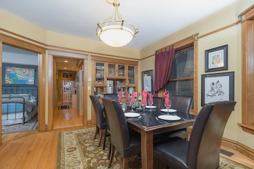 Chicago Guest House Discover Vibrant Wrigleyville From This Captivating Home!