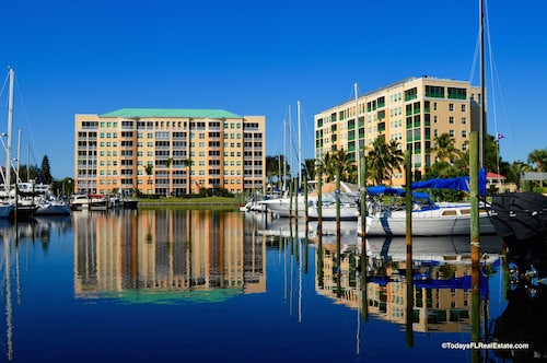 Beautiful 2 Bedroom Condo Located in the Harbor Towers @ Burnt Store Marina