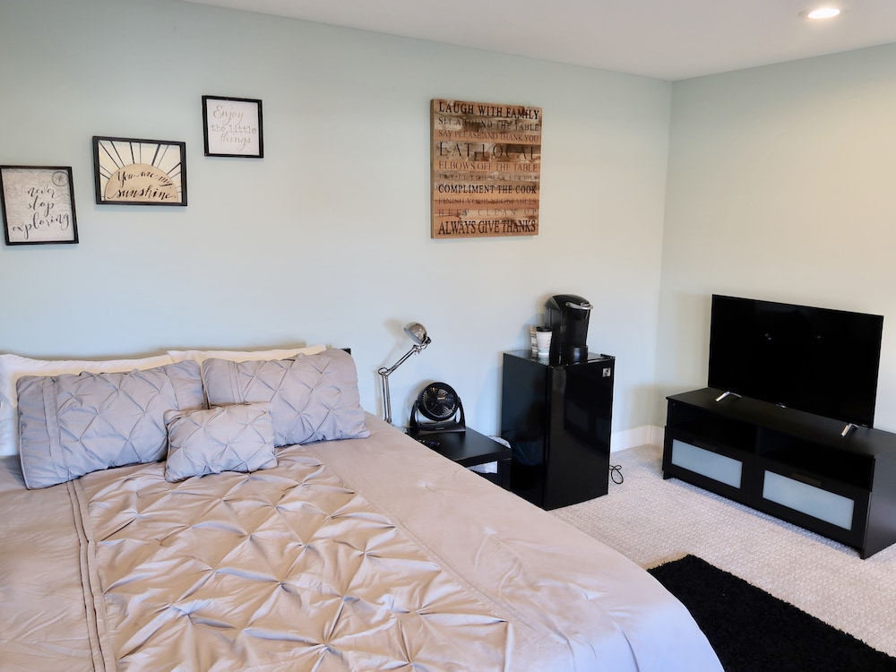 Room, Blocks From Beautiful Sunset Cliffs! - Suite 1