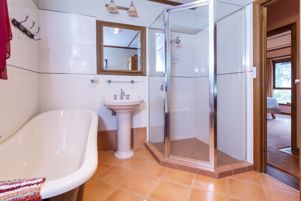 Bathroom, A lovely rustic cottage with all the modern conveniences