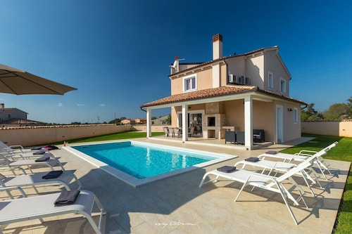 Modern Family Villa With Private Pool Near Pula