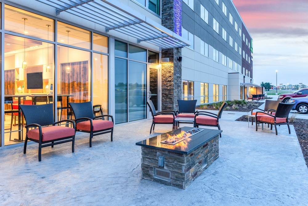BBQ/Picnic Area, Holiday Inn Express & Suites Springfield North