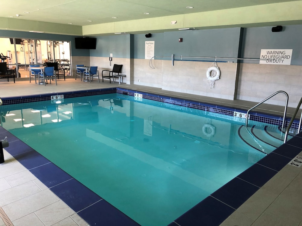 Pool, Holiday Inn Express & Suites Springfield North