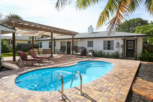 3/3 Private Home With Pool, Steam Sauna and Fenced in Tropical Backyard