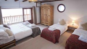 2 dormitorios, tabla de planchar con plancha, cunas o camas infantiles