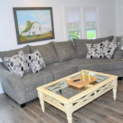 Comfy Cozy Farmhouse - Wifi - Sleeps 9 - Perfect for Families & Groups