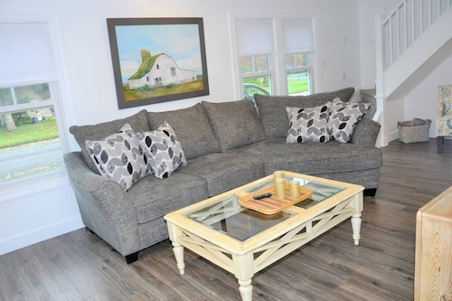 Comfy Cozy Farmhouse - Wifi - Sleeps 8 - Perfect for Families & Groups
