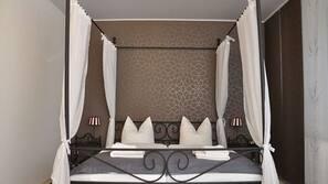 Minibar, individuell dekoriert, individuell eingerichtet, Schreibtisch