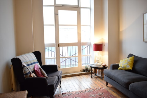 Bright 2 Bedroom Apartment With Canal Views