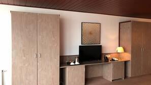 Zimmersafe, Schreibtisch, laptopgeeigneter Arbeitsplatz