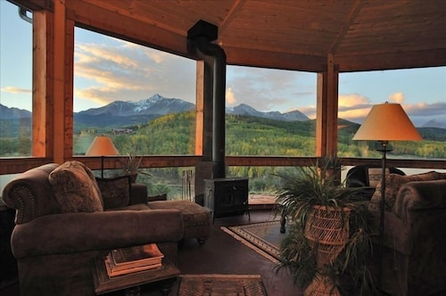 Alpenglow Ranch, Telluride: 2 Br/panoramic Views/12 Acres/pond