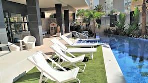 Una piscina al aire libre de temporada (de 9:00 a 21:00), tumbonas