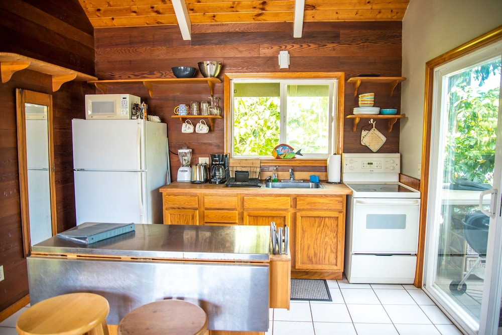 Private Kitchen, Bright, Clean, Airy Rocky Point Beach 1 Bedroom Loft. Steps to Beach & Bike Path