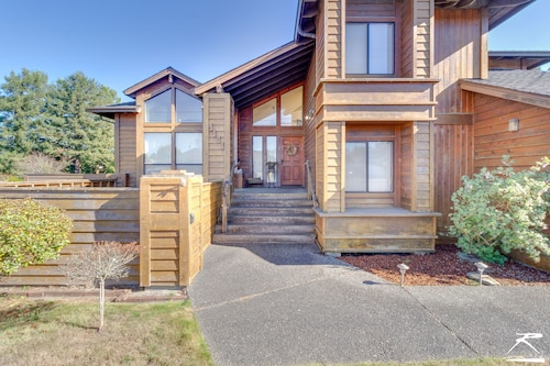 Tall Trees Lodge - Upscale Home in South Eureka Near the Golf Course!