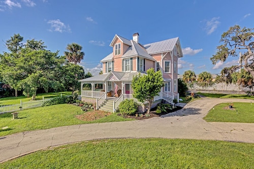 Bright Victorian BnB With A Huge Porch And A River View, Near Cocoa Beach