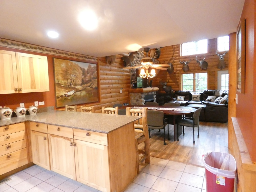 Private Kitchen, Antler INN Cabin AT Starved Rock.... Beautiful Updated 2,800sq ft Luxury Cabin