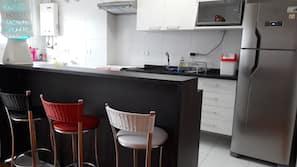 Geladeira, micro-ondas, cooktop, chaleira elétrica