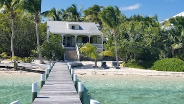 Green Bananas Cottage with sandy beach and private dock