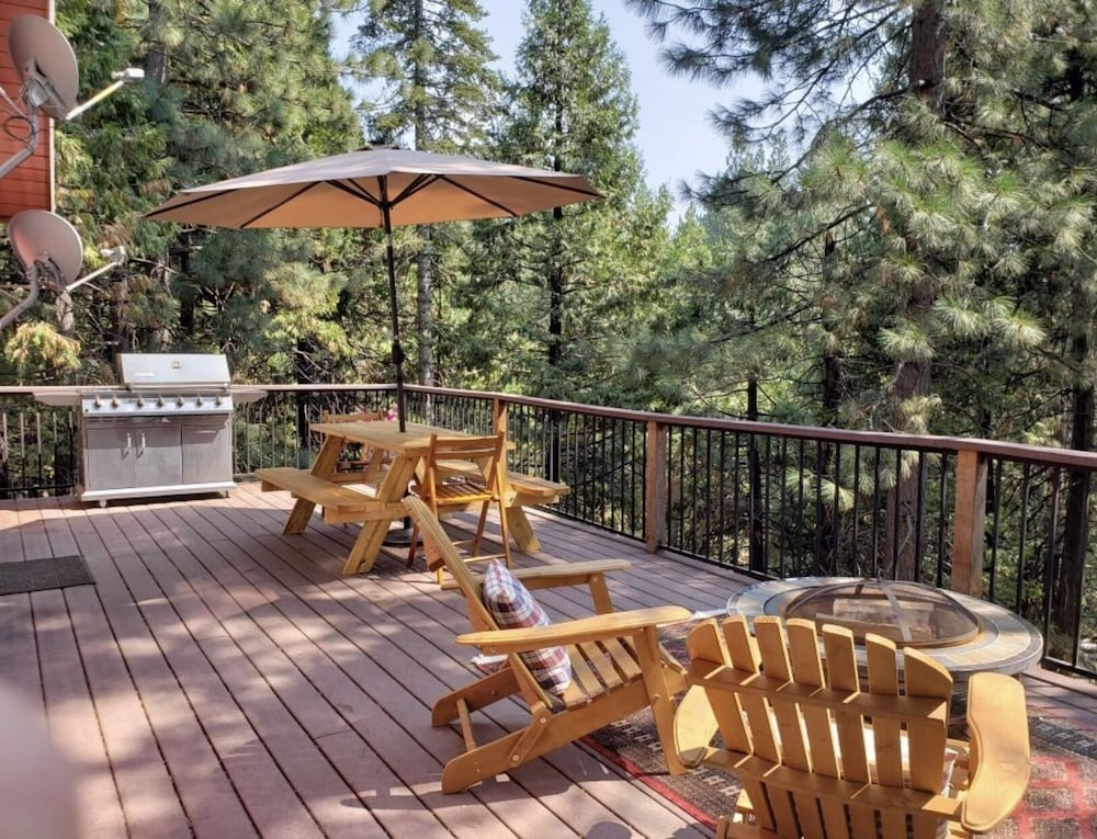 Balcony, Rustic Luxury Minutes to Dodge Ridge Ski Resort and the Sierra Mountain's Fun!