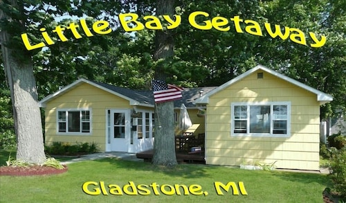 'little Bay Getaway' Cottage on Beautiful Lake Michigan
